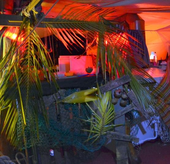 ... und unsere Bar im Karibik-Style errichtet