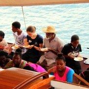 Gemeinsames Mittagessen mit den grenadinischen Gastfamilien