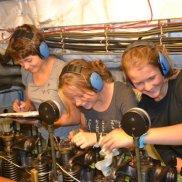 ...unser Maschinistinnenteam kümmert sich um die Maschine...