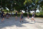 ... neben Unterricht, spielten wir gegeneinander Volleyball...